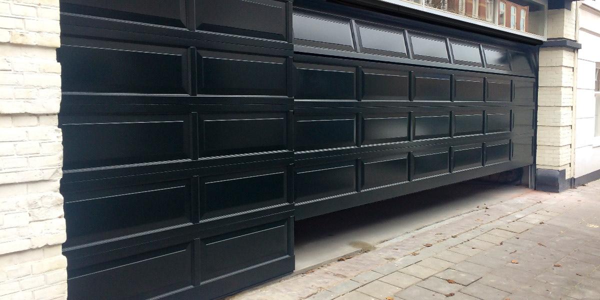 Houten-sectionaaldeur-met-cassette-paneel-geïntegreerd-in-de-gevel-21
