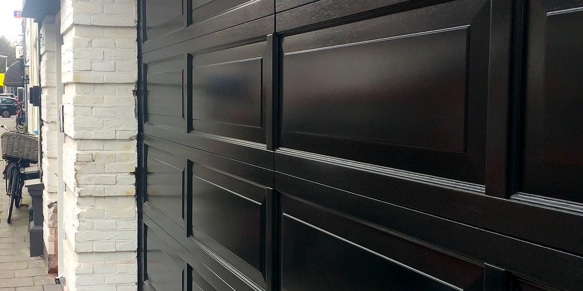 Houten-sectionaaldeur-met-cassette-paneel-geïntegreerd-in-de-gevel-6