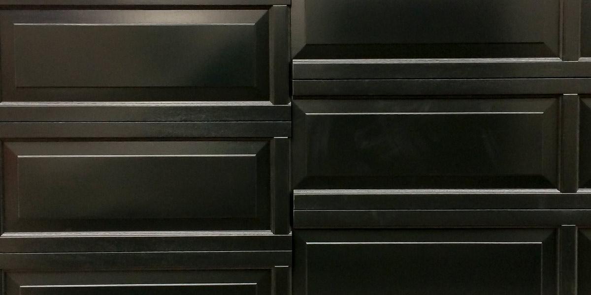 Houten-sectionaaldeur-met-cassette-paneel-geïntegreerd-in-de-gevel-7
