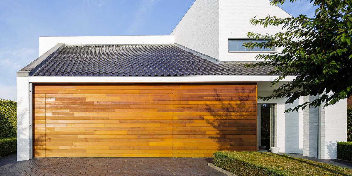 Houten-garagedeur-in-1-lijn-met-de-gevel
