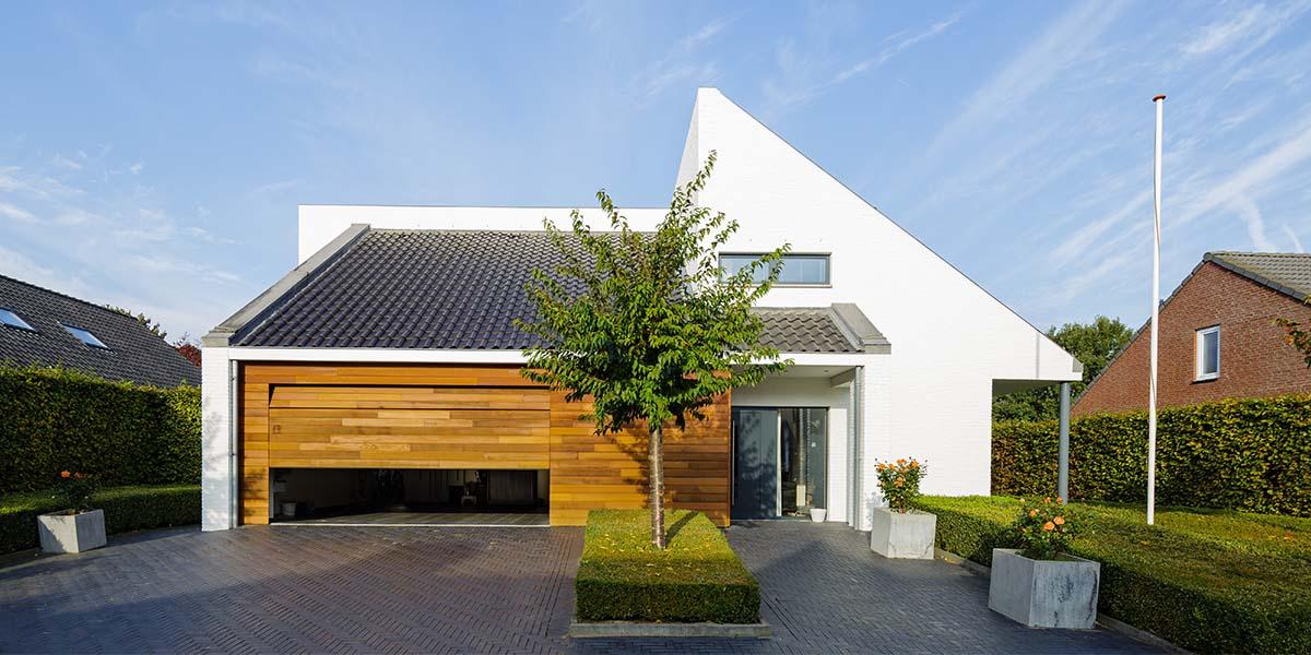 Houten-garagedeur-in-1-lijn-met-de-gevel-8