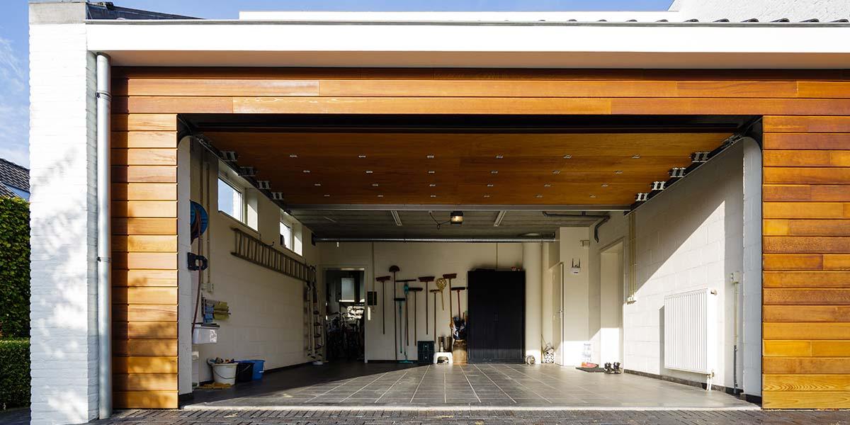Houten-garagedeur-in-1-lijn-met-de-gevel-5
