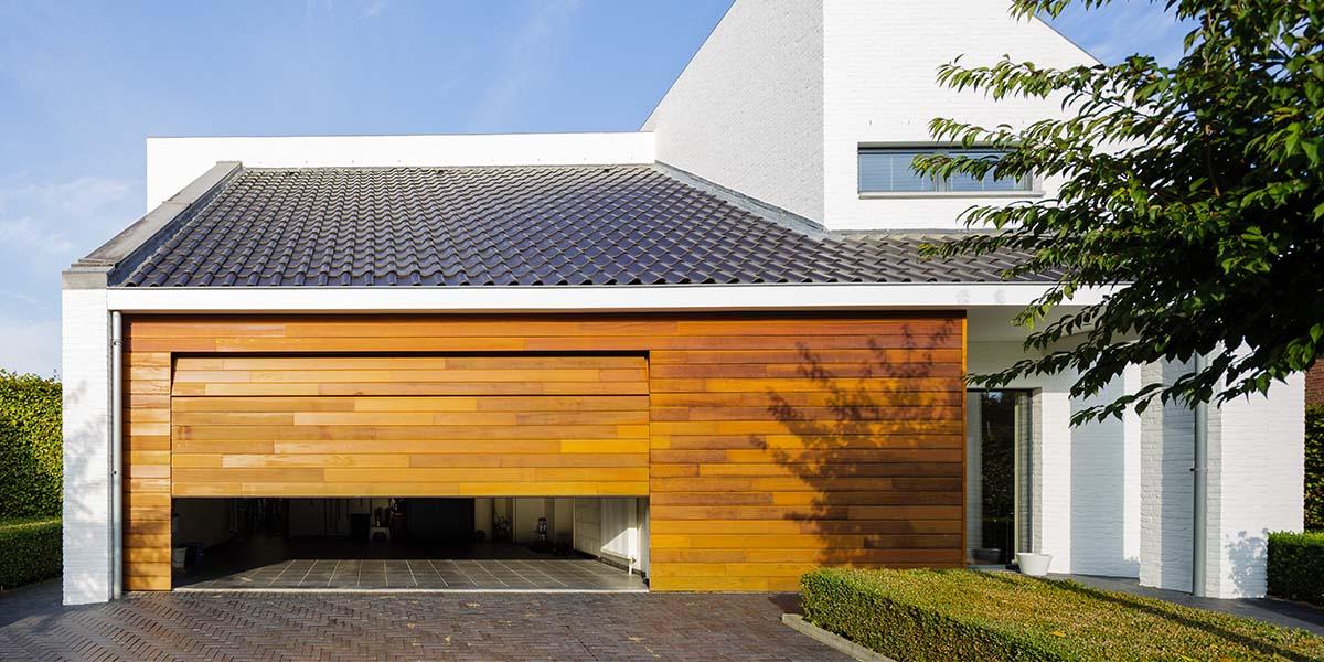 Houten-garagedeur-in-1-lijn-met-de-gevel-6