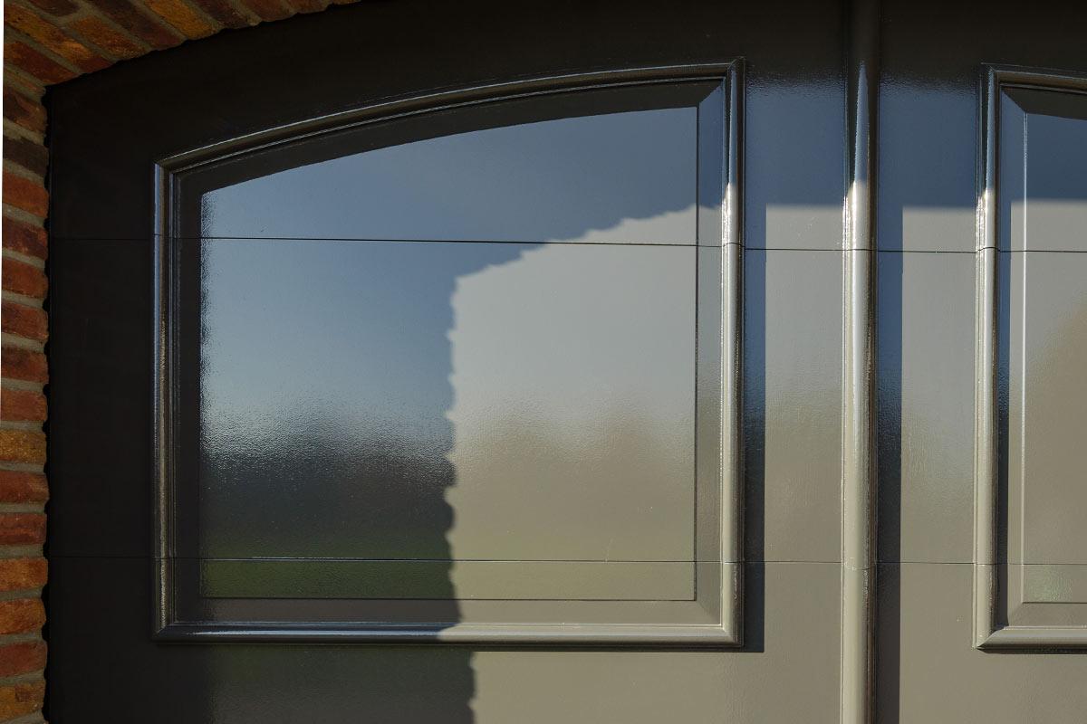 Elektrisch-openslaande-garagedeuren-als-sectionaaldeur-4