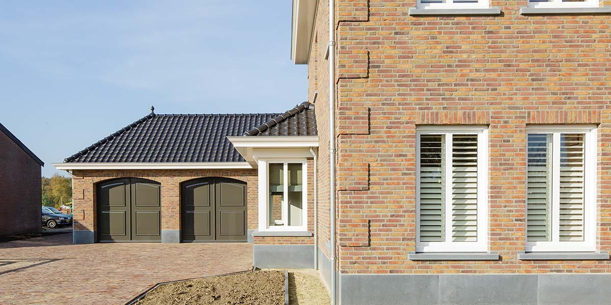 Elektrisch-openslaande-garagedeuren-als-sectionaaldeur-5