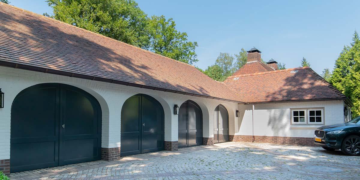 Elektrische-garagedeuren-in-stijl-van-houten-openslaande-garagedeuren-35
