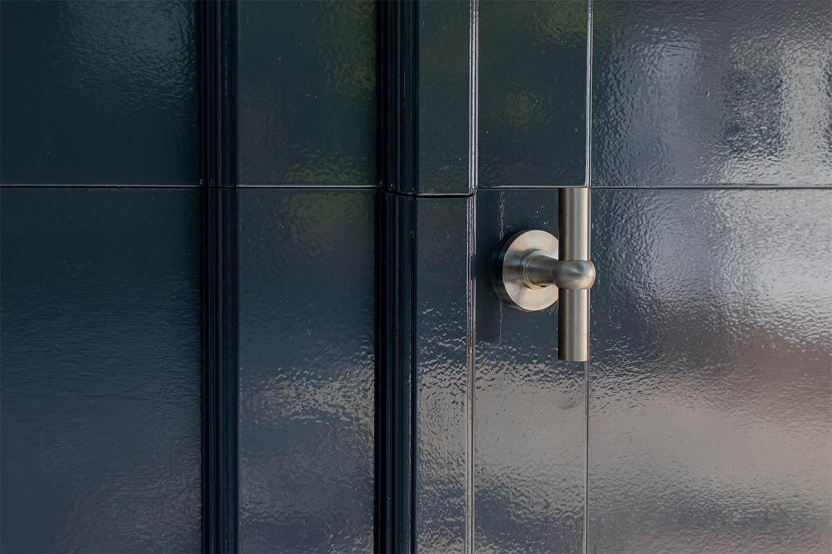 Elektrische-garagedeuren-in-stijl-van-houten-openslaande-garagedeuren-4