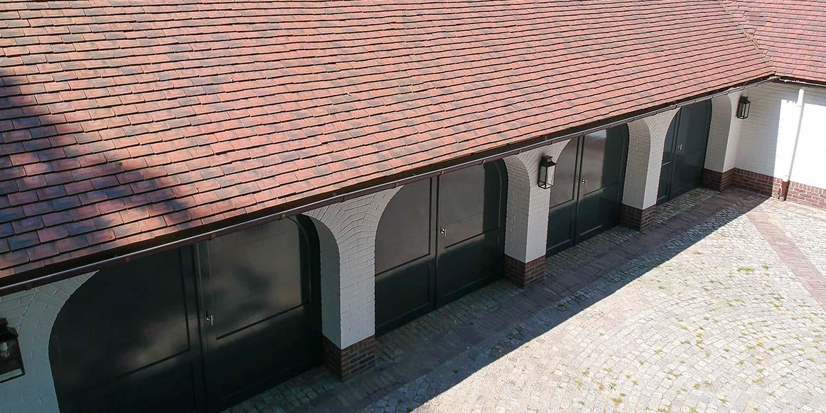 Elektrische-garagedeuren-in-stijl-van-houten-openslaande-garagedeuren-5