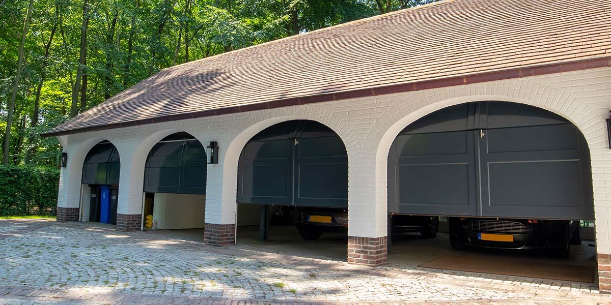 Elektrische-garagedeuren-in-stijl-van-houten-openslaande-garagedeuren-28