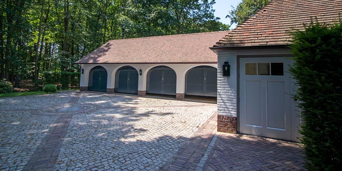Elektrische-garagedeuren-in-stijl-van-houten-openslaande-garagedeuren-7