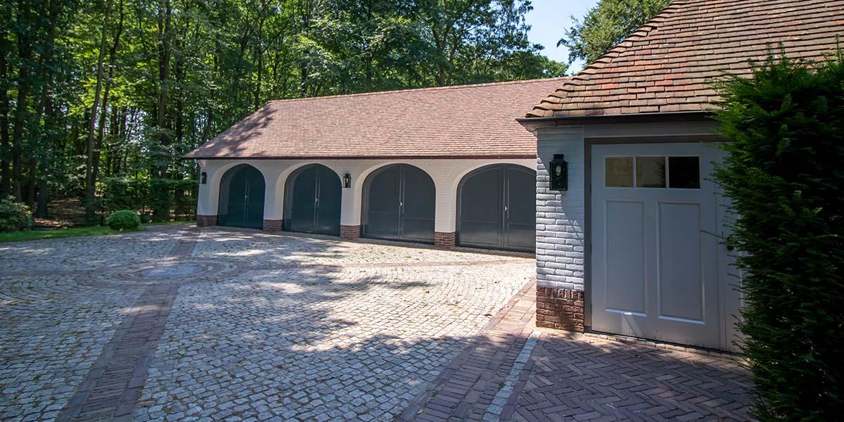 Elektrische-garagedeuren-in-stijl-van-houten-openslaande-garagedeuren-8