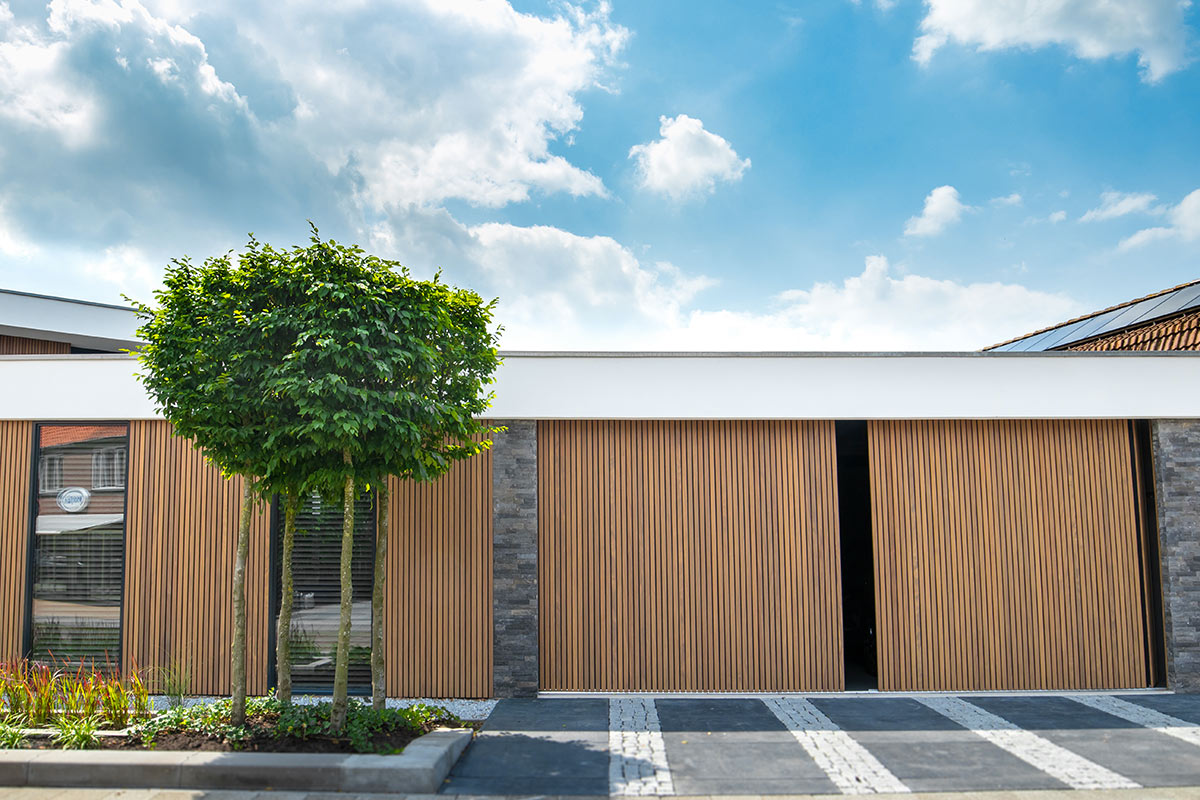 zijwaartse-houten-garagedeur-met-gevelbekleding