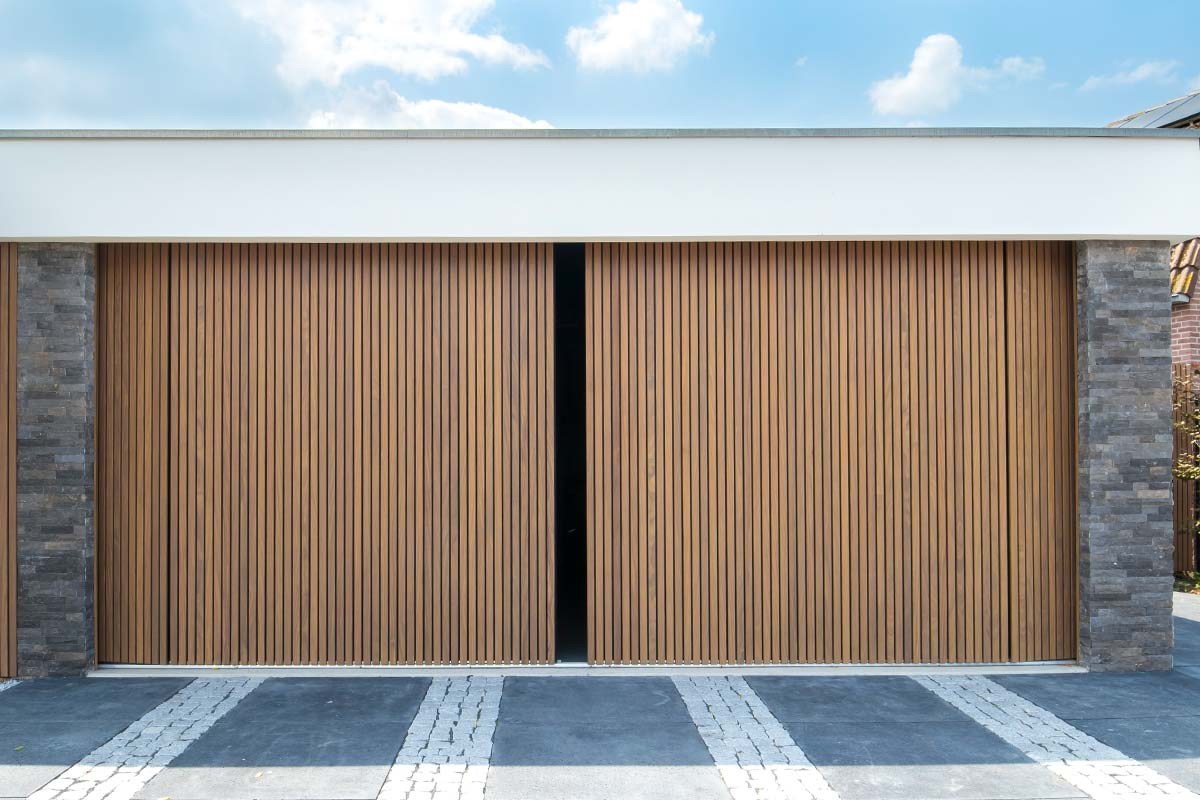Houten-zijwaartse-garagedeur-2