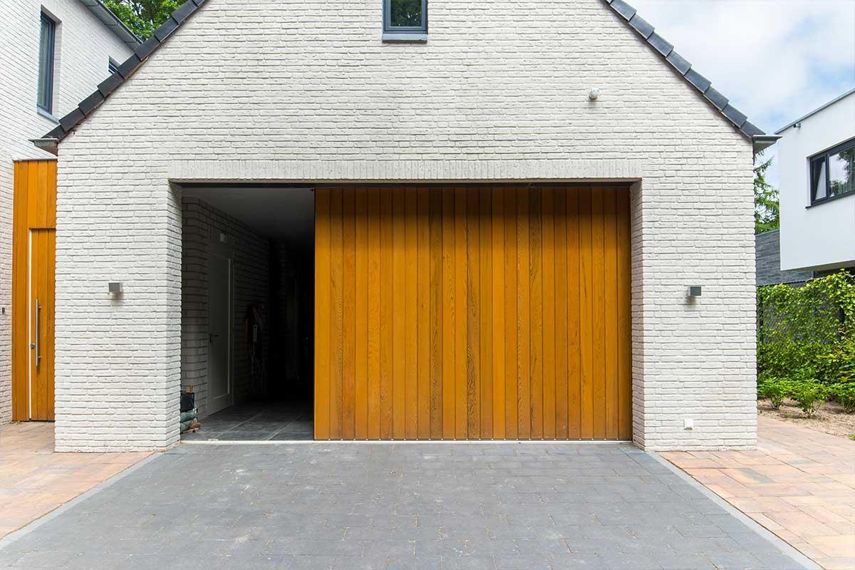 automatische-garagedeuren-hout-zijwaarts