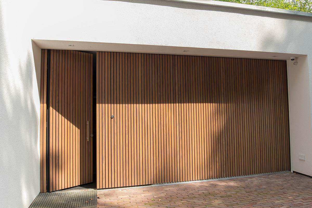garagedeuren-met-loopdeur-van-hout-2