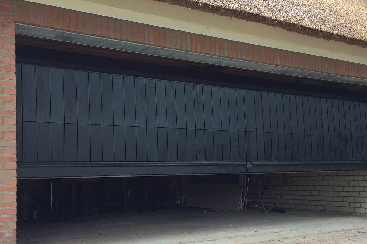 verticale-garagedeuren-van-hout-2