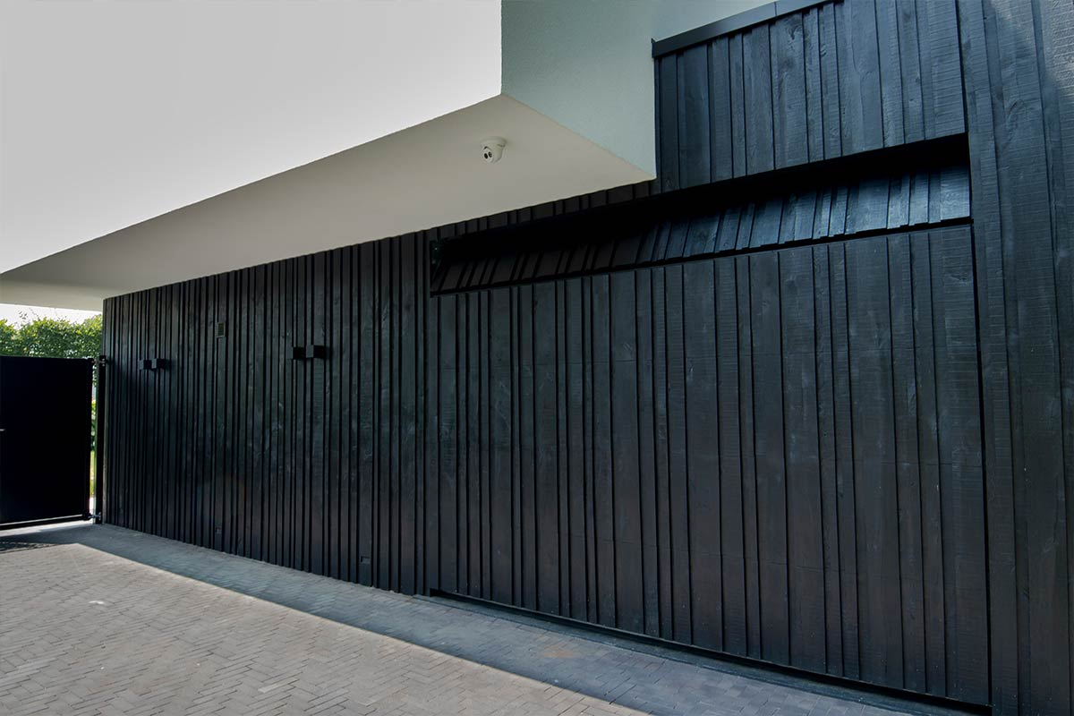 verticale-garagedeuren-van-hout-5
