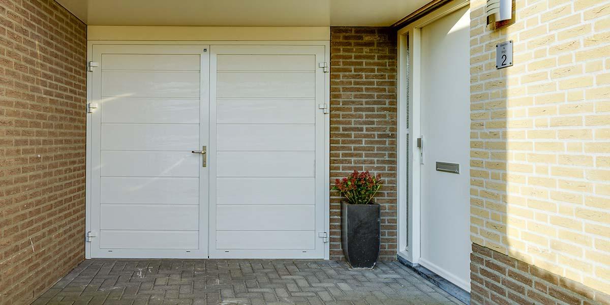 Witte geïsoleerde garagedeur