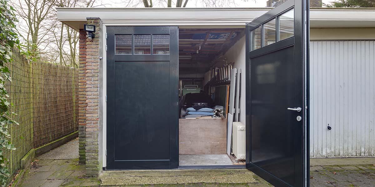 Houten-openslaande-garagedeuren-vlak-met-raampjes-3