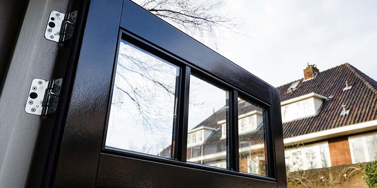 Houten-openslaande-garagedeuren-vlak-met-raampjes-5
