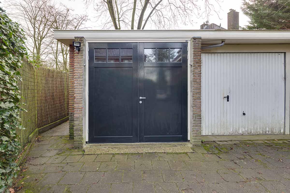 Houten-openslaande-garagedeuren-vlak-met-raampjes-21