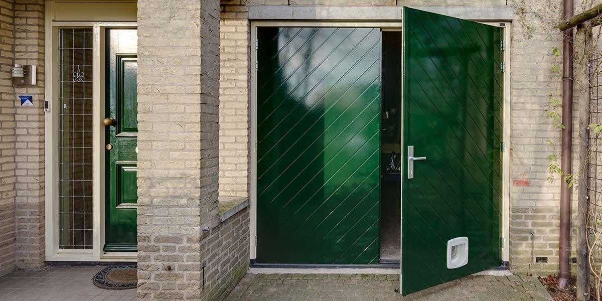 Houten-openslaande-garagedeuren-visgraat-motief-