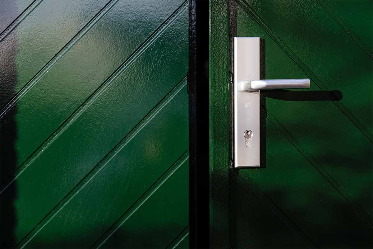 Houten-openslaande-garagedeuren-visgraat-motief-4