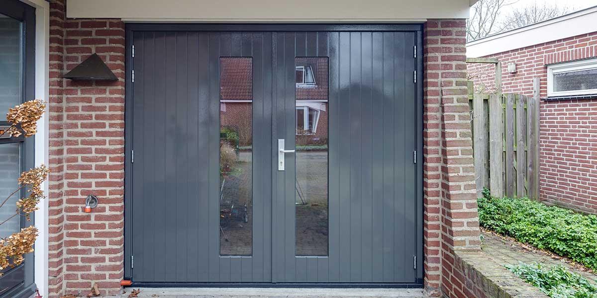 Houten-openslaande-garagedeuren-met-glas