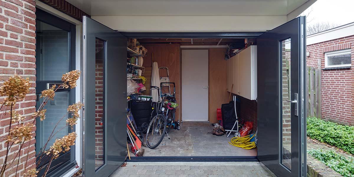 Houten-openslaande-garagedeuren-met-glas-2