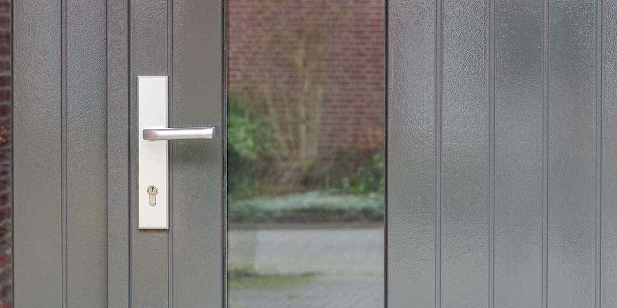 Houten-openslaande-garagedeuren-met-glas-3