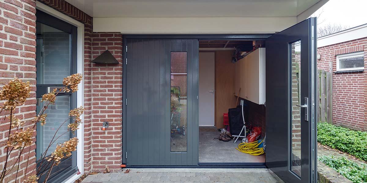 Houten-openslaande-garagedeuren-met-glas-1