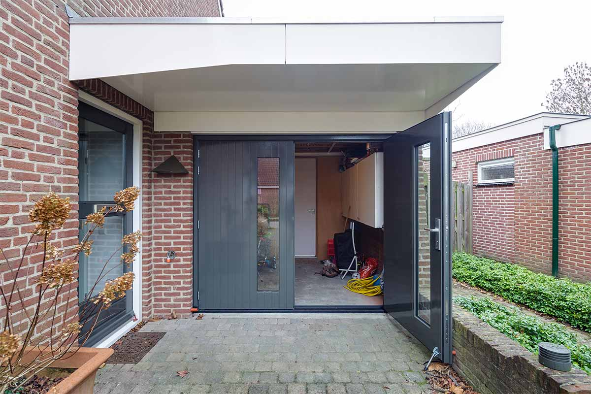 Houten-openslaande-garagedeuren-met-glas-51