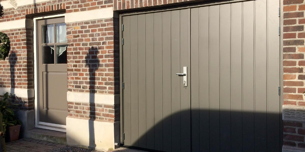 Verticaal-houten-openslaande-garagedeuren-3