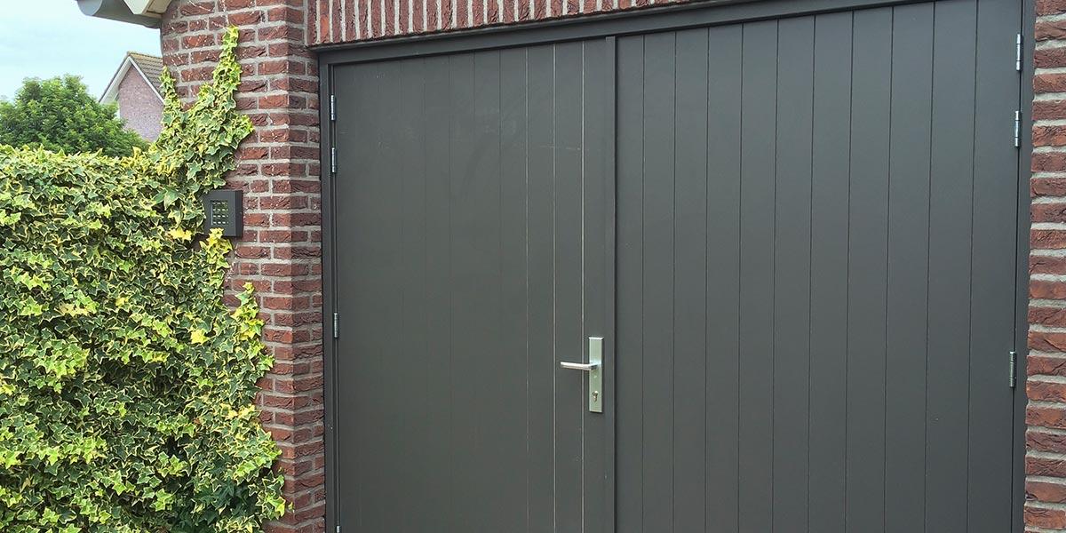 verticale-openslaande-garagedeur-van-hout-3