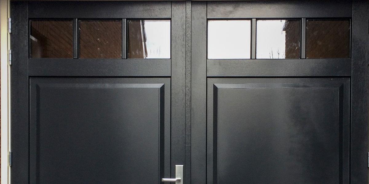 zwarte-houten-openslaande-garagedeur-van-hout