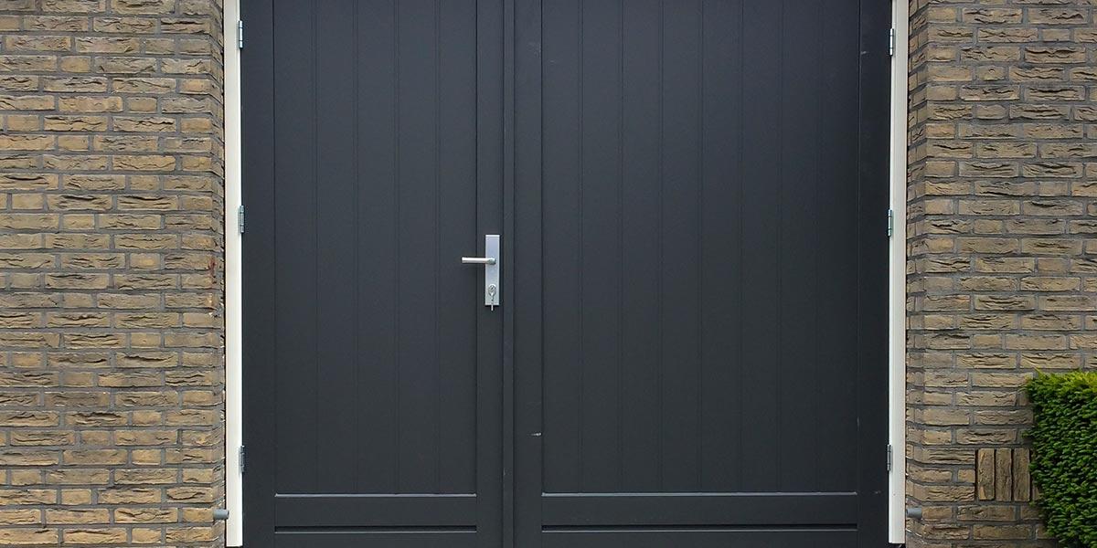houten-openslaande-garagedeur-asymmetrisch