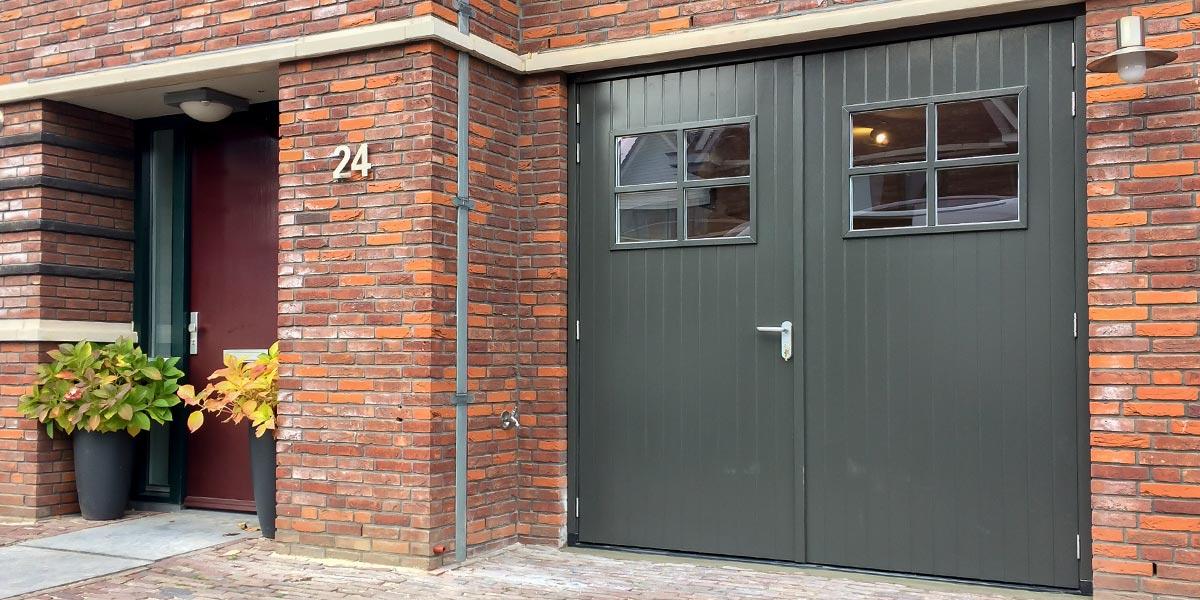 Klassieke-stijl-houten-openslaande-garagedeur