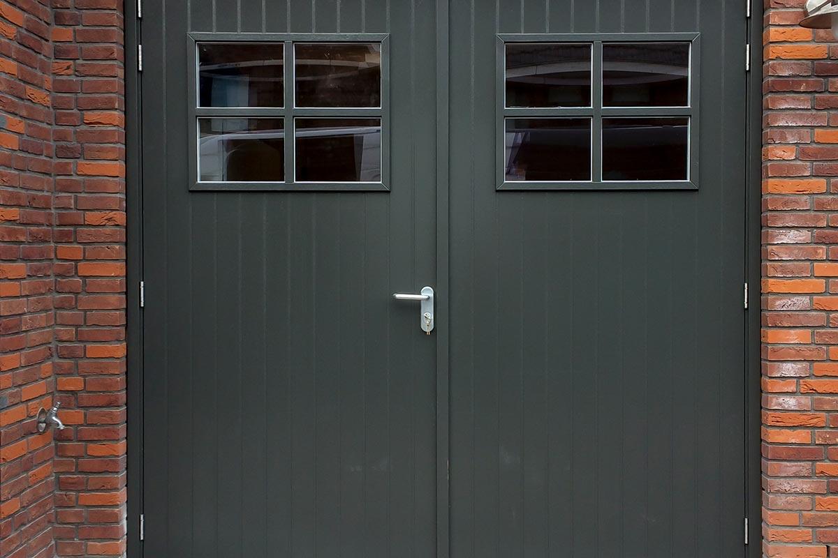Klassieke-stijl-houten-openslaande-garagedeur-3