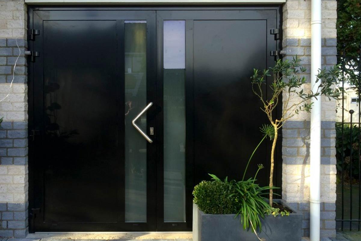 moderne-openslaande-garagedeuren-vlak-verticaal-melkglas1