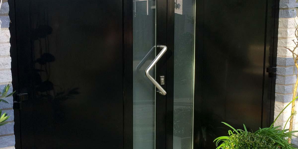 moderne-openslaande-garagedeuren-vlak-verticaal-melkglas-3