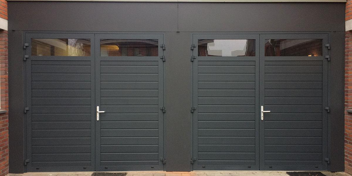 donkergroene-dubbele-openslaande-garagedeur-met-glas