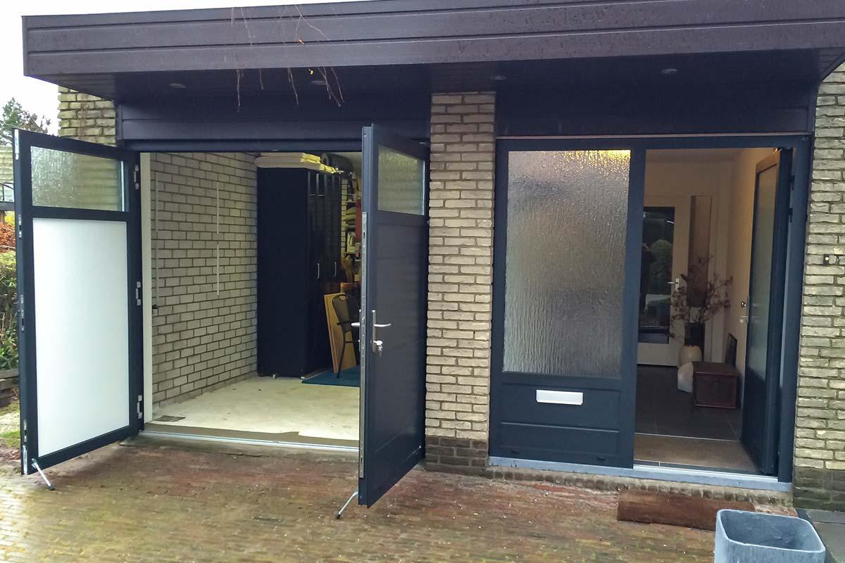 openslaande-garagedeur-en-voordeur-in-dezelfde-stijl-4