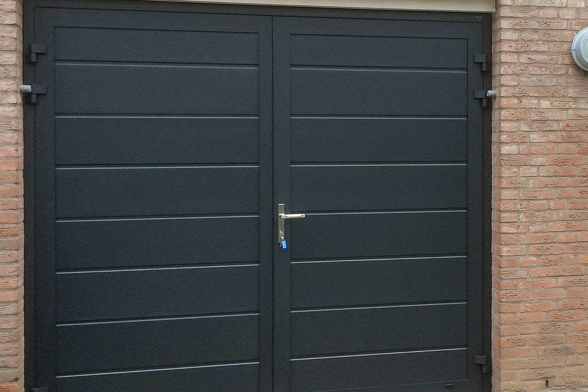 blauwe-horizontaal-geprofileerde-openslaande-garagedeur-2