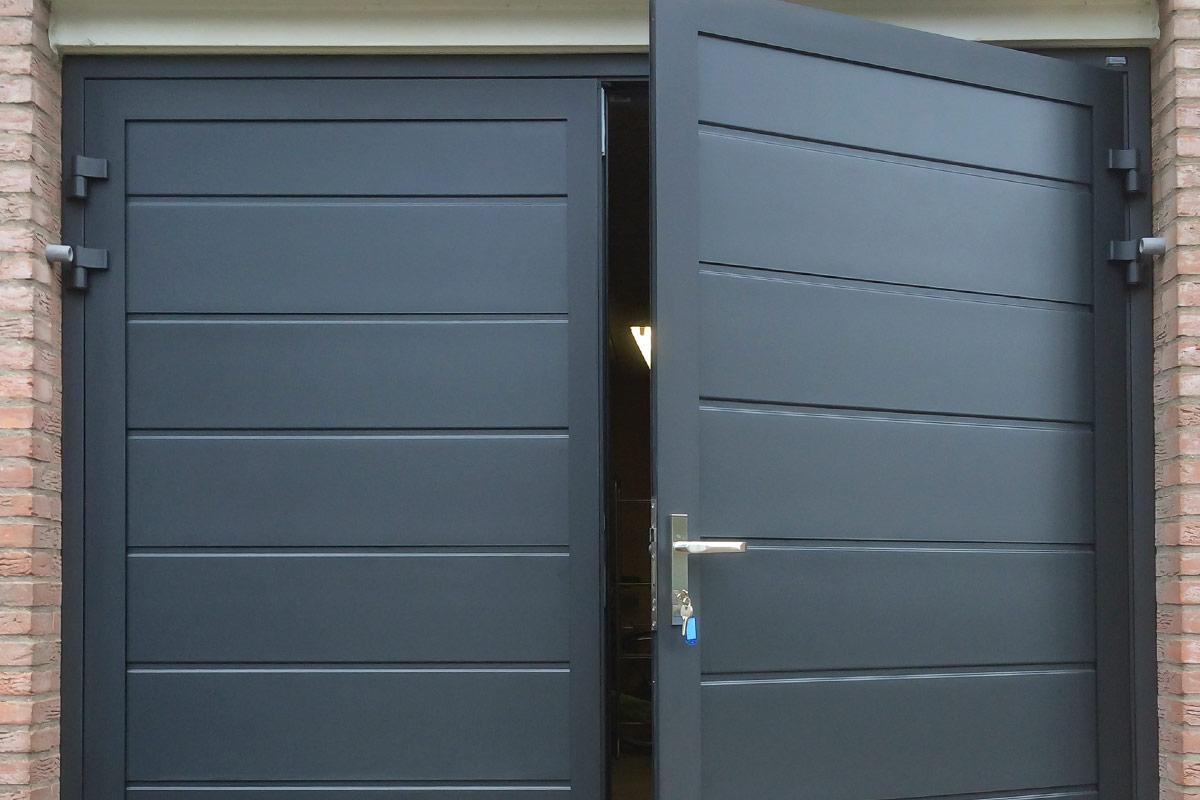 blauwe-horizontaal-geprofileerde-openslaande-garagedeur-4
