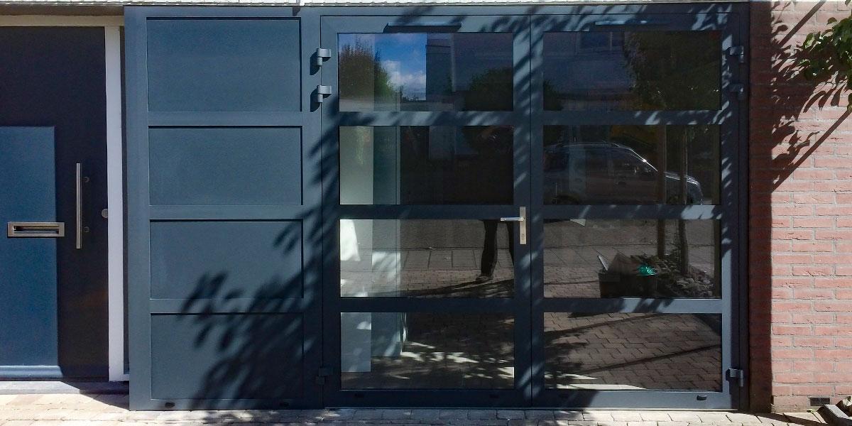 Openslaande-garagedeur-met-glas-en-vast-zijstuk