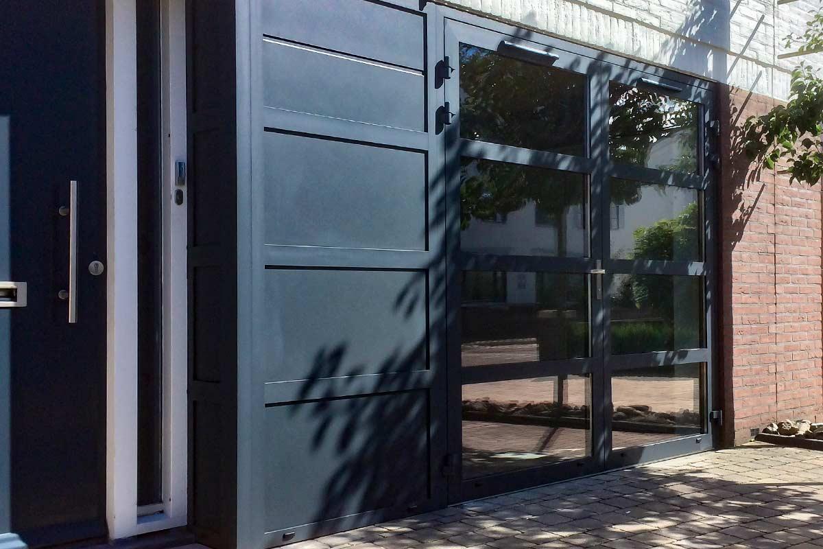 Openslaande-garagedeur-met-glas-en-vast-zijstuk-4