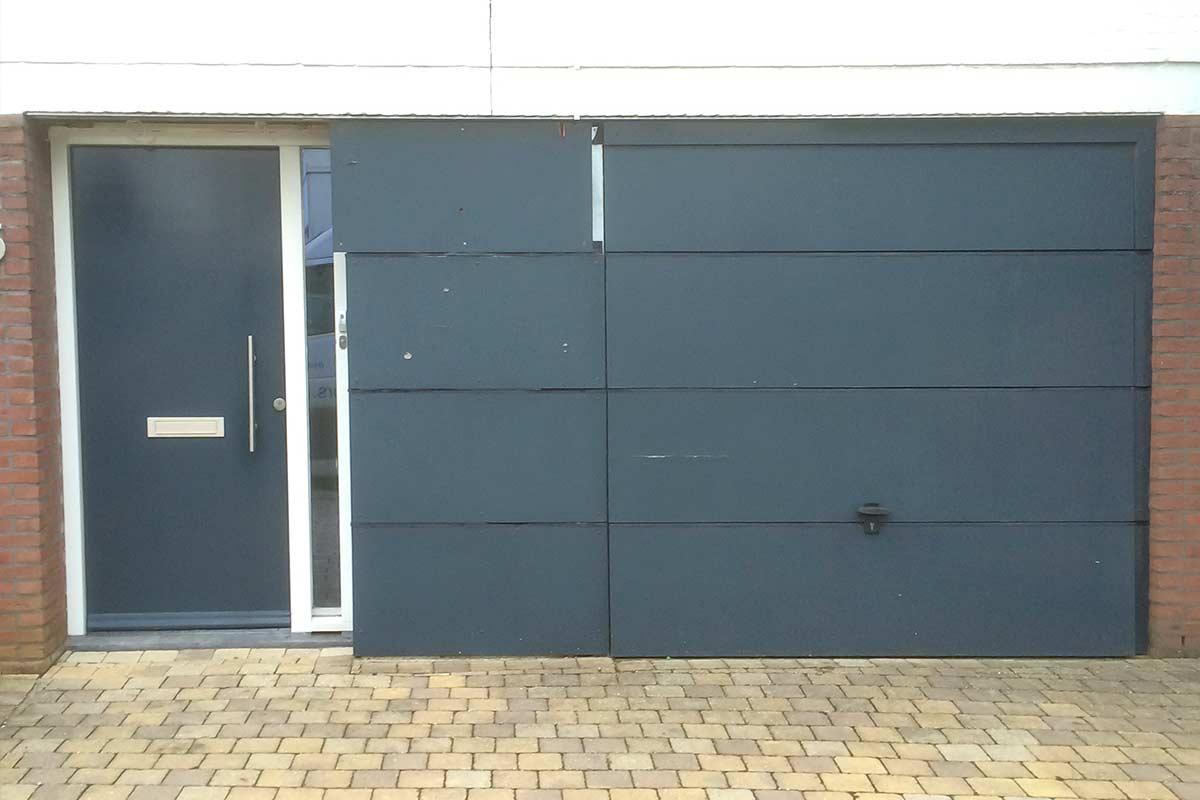 Openslaande-garagedeur-met-glas-en-vast-zijstuk-oude-situatie