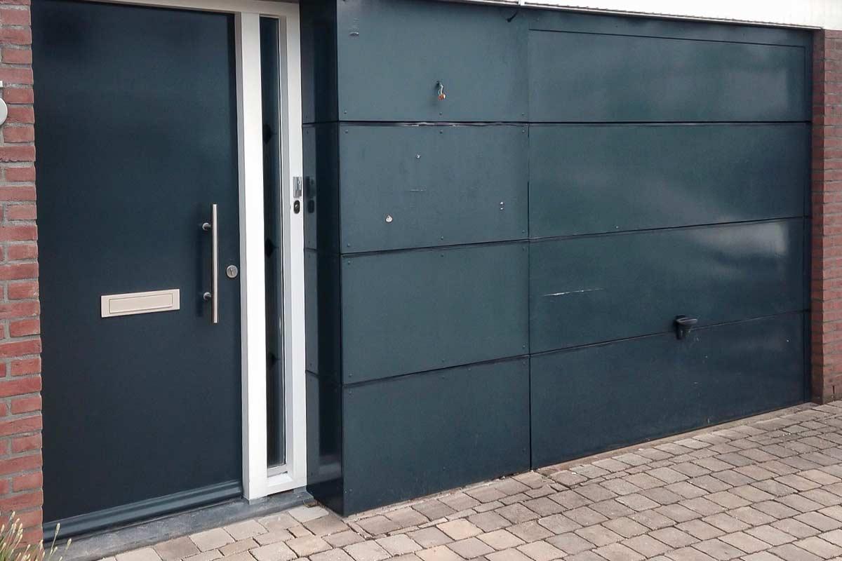 Openslaande-garagedeur-met-glas-en-vast-zijstuk-oude-situatie-2