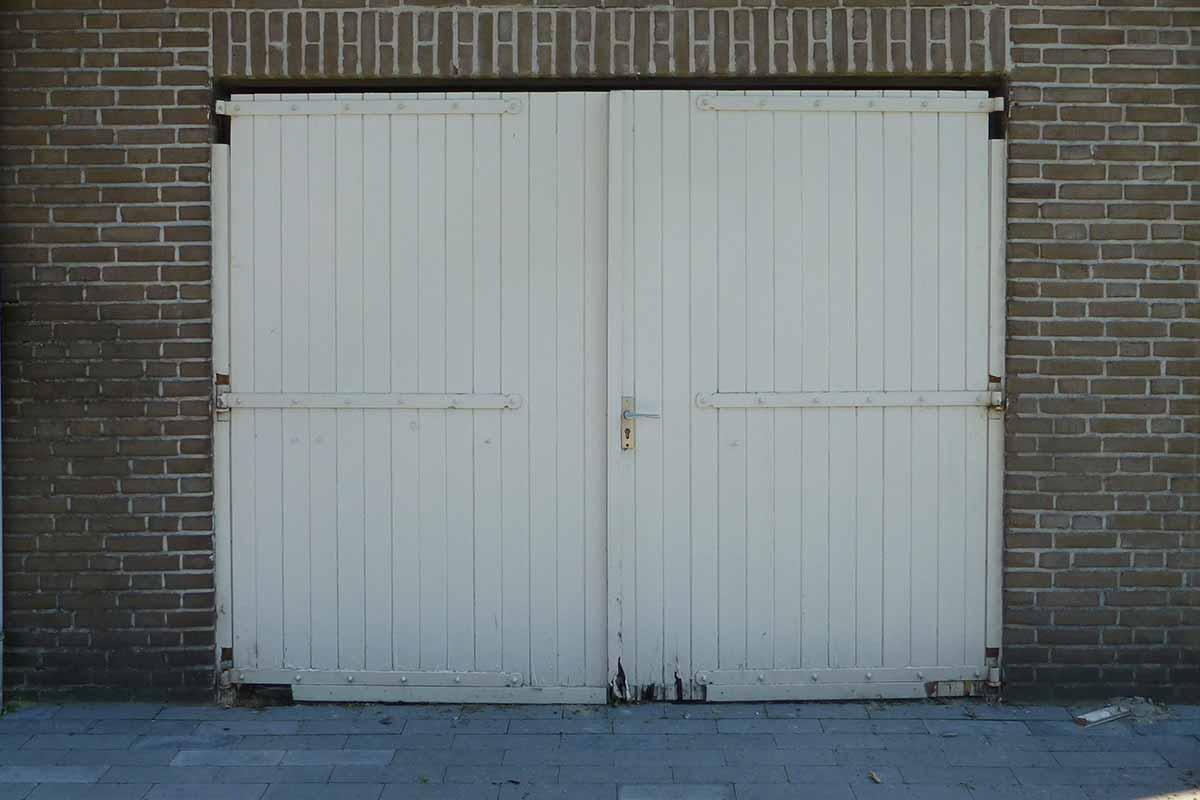 Openslaande-deur-en-poort-in-dezelfde-stijl-5