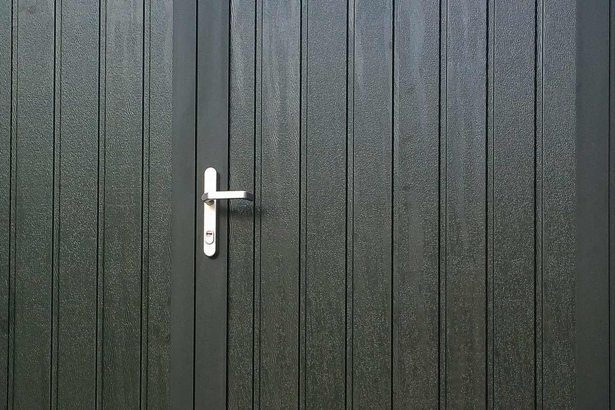 openslaande-garagedeur-donkergroen-houtnerf-glas-4